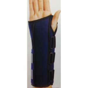 – Realizzato in Nylon/fibra sintetica ipoallergica – Due stecche malleabili in alluminio, dorsale e palmare – Chiusure in velcro – Lunghezza cm 28